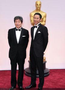 Isao Takahata y Yoshiaki Nishimura en la alfombra roja, durante la gala de los Oscar.